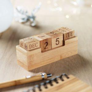 Drewniany kalendarz biurkowy z logo